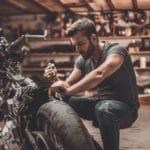 Assurance moto : faut-il assurer les deux-roues au garage ?